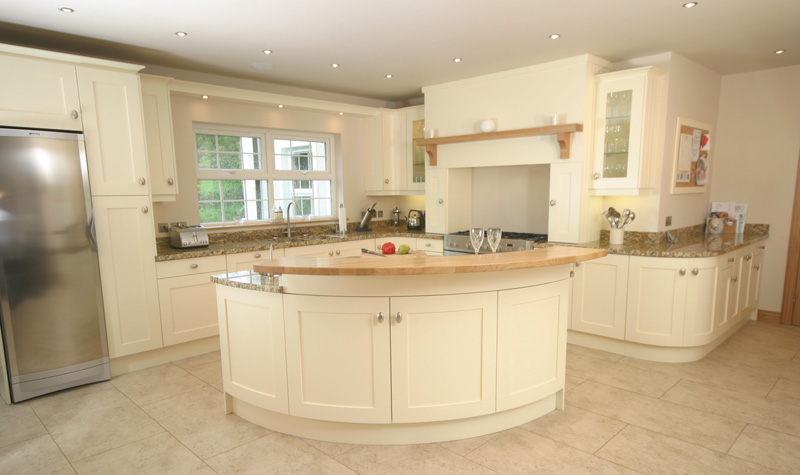 Cream kitchens decorating ideas for Cream kitchen paint ideas